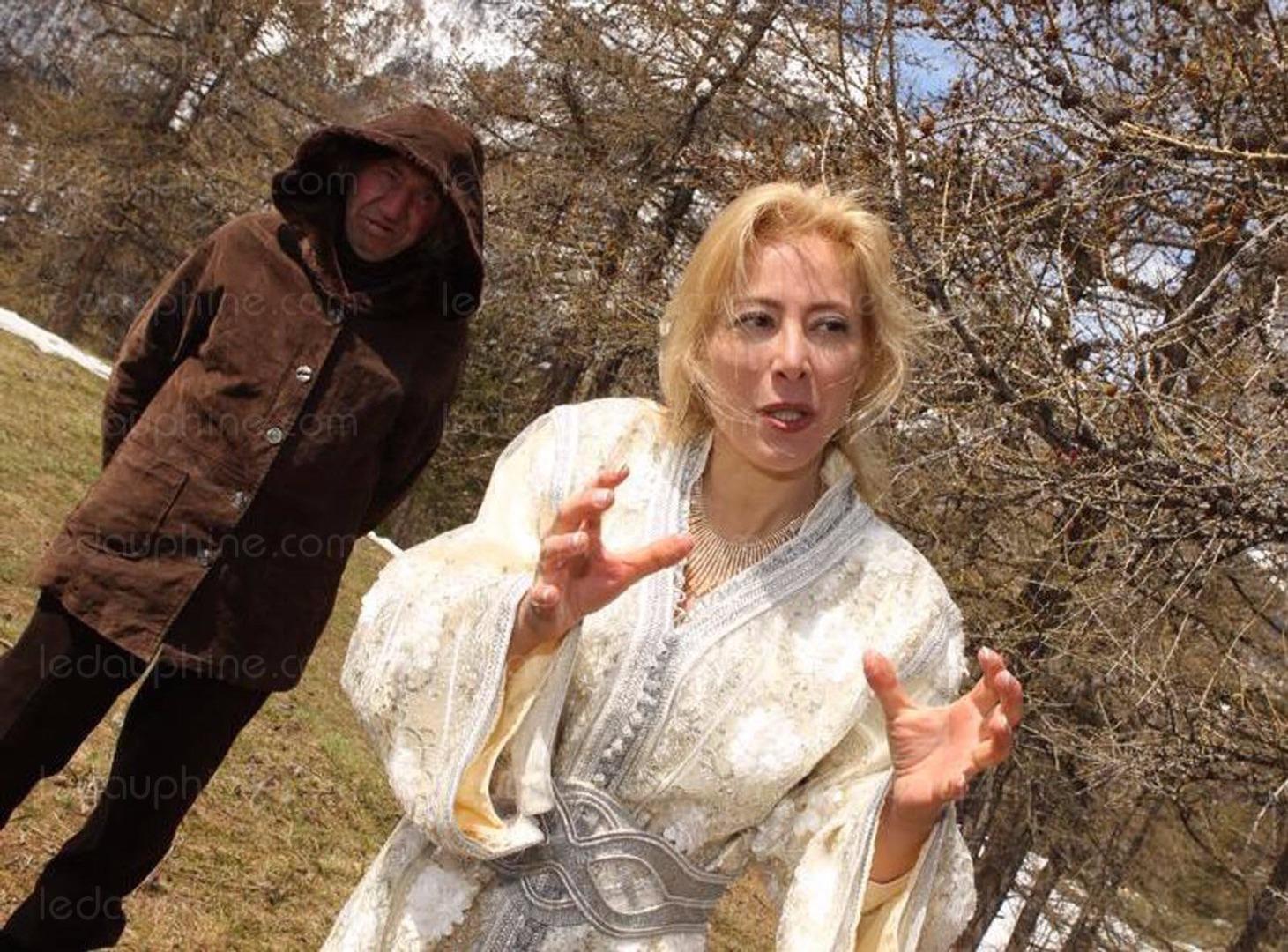 Блондинка показывает свой орех фото фото 453-925