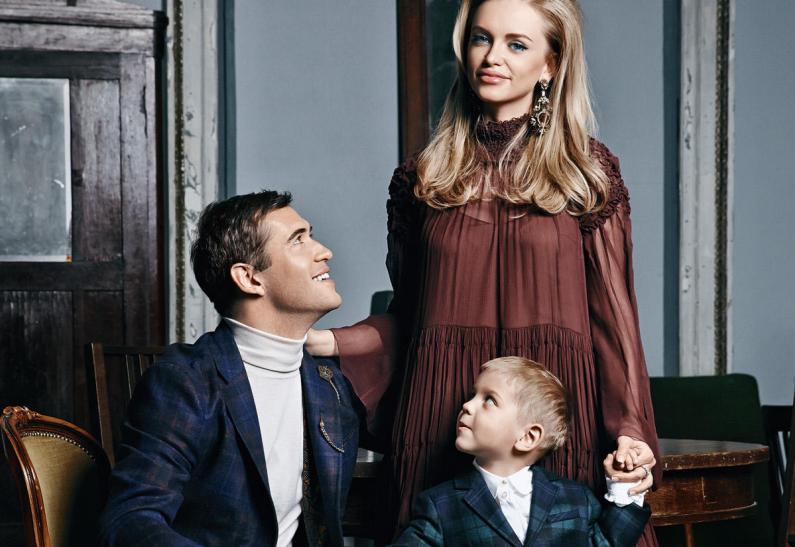 Мама блондинка с сыном футболистом